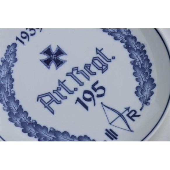 Meissen Regiment plate Art. Reg. 195 by Meissen