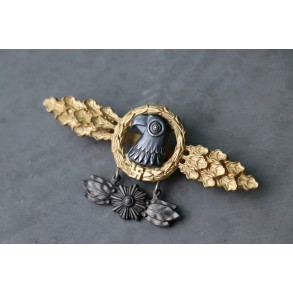 Luftwaffe reconnaissance clasp in gold with star pennant hanger by C.E. Juncker