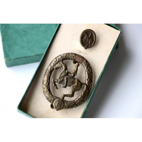 Horseman's badge in bronze + stickpin + box by Chr. Lauer, Nürnberg