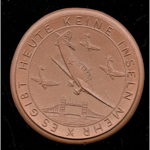 """Non portable """"terracotta"""" table """"Es gibt heute keine Inseln mehr"""" medal by Meissen"""