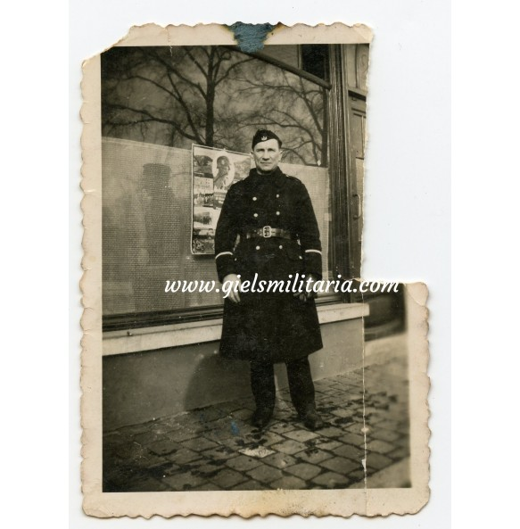 """Private photo Flemish """"Vlaamse Wacht"""" member at """"Vlaamse Vrijwilligers"""" recruting poster"""