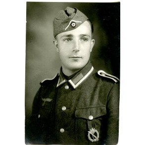 Portrait photo NCO with infantry assault badge in wear