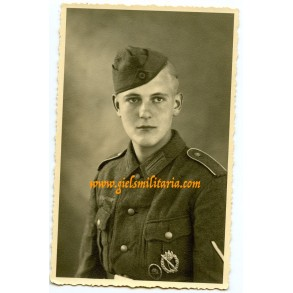 Portrait photo Gefreiter with infantry assault badge in silver and wound badge