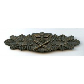 Close combat clasp in bronze by J. Feix