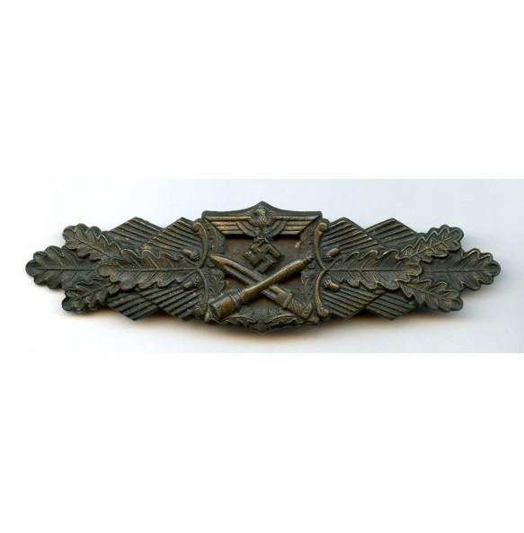Close combat clasp in bronze by J. Feix