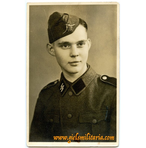 SS Portrait photo SS-Schütze with modified side cap